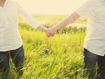 Счастливые пары внешние, летнее время Стоковое Фото