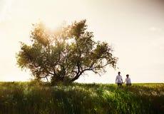 Счастливые пары внешние, летнее время стоковые изображения