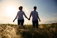 Счастливые пары внешние, летнее время стоковое изображение rf