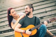 Счастливые пары в датировка влюбленности стоковое изображение rf