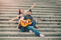 Счастливые пары в датировка влюбленности стоковые изображения