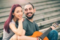 Счастливые пары в датировка влюбленности стоковое фото rf