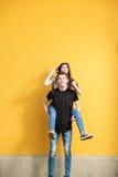 Счастливые пары в вскользь одеждах имея потеху снаружи Стоковые Изображения