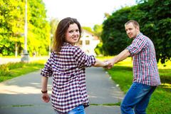 Счастливые пары в влюбленности бежать на переулке Стоковое Изображение