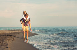 Счастливые пары в влюбленности на летних каникулах пляжа стоковая фотография