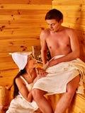Счастливые пары в влюбленности ослабляя на сауне Стоковые Изображения RF