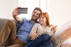 Счастливые пары в влюбленности принимая автопортрет с сотовым телефоном Стоковая Фотография