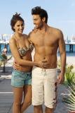 Счастливые пары в купальнике на пляжном комплексе праздника стоковое фото