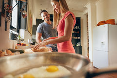 Счастливые пары в кухне Стоковое Изображение RF