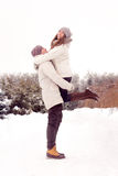 Счастливые пары в парке в зиме стоковое фото rf