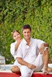 Счастливые пары в празднике на бассейне Стоковое фото RF