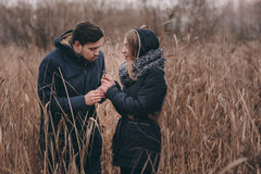 Счастливые пары в теплый связанный идти шляпы и шарфа внешний в лесе осени стоковое фото