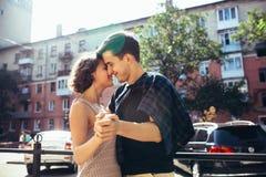 Счастливые пары в улице смотря один другого Стоковые Изображения