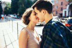 Счастливые пары в улице смотря один другого Стоковое Фото