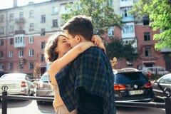 Счастливые пары в улице смотря один другого Стоковое фото RF