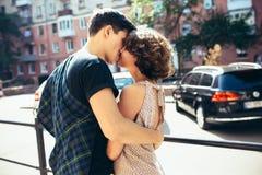 Счастливые пары в улице смотря один другого Стоковые Изображения RF