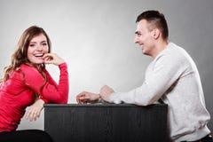 Счастливые пары говоря на дате Переговор стоковое изображение rf
