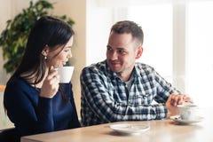 Счастливые пары говоря на кафе, выпивая чае Стоковые Фотографии RF