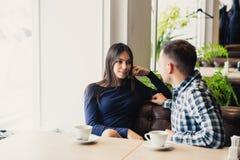 Счастливые пары говоря на кафе, выпивая чае Стоковая Фотография