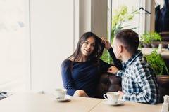 Счастливые пары говоря на кафе, выпивая чае Стоковые Изображения