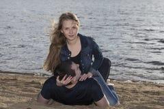 Счастливые пары лежа на пляже Стоковые Фото
