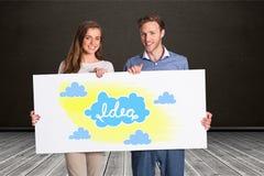 Счастливые пары держа афишу с знаками идеи и облака стоковые фотографии rf