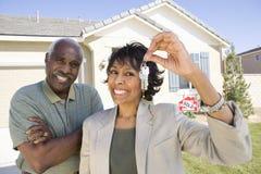 Счастливые пары держа новый домашний ключ Стоковое Изображение RF