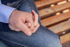 Счастливые пары держа руки в парке Стоковое фото RF
