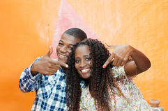 Счастливые пары делая метки пальца Стоковые Изображения