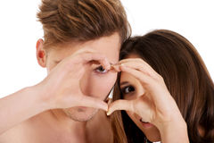 Счастливые пары делая сердце с пальцами Стоковая Фотография