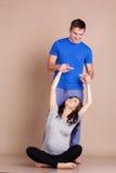 Счастливые пары делая спорт совместно Стоковое фото RF