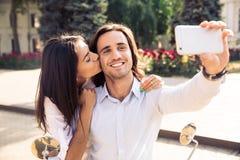 Счастливые пары делая фото selfie Стоковые Изображения RF