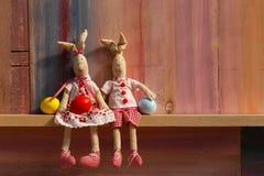 Счастливые пары зайчика пасхи с предпосылкой яичек Стоковое Фото