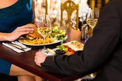 Счастливые пары имеют романтичную дату в ресторане Стоковое Изображение