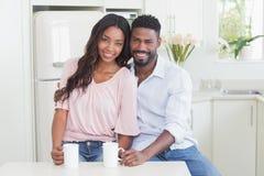 Счастливые пары имея кофе совместно Стоковые Изображения