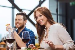Счастливые пары имея обедающий на ресторане Стоковое Фото