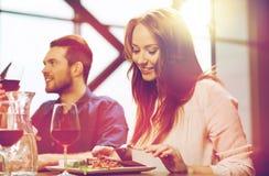 Счастливые пары имея обедающий на ресторане Стоковое Изображение RF