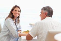 Счастливые пары имея обедающий Стоковая Фотография