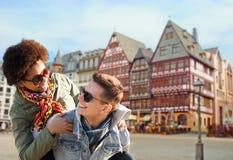 Счастливые пары имея потеху в Франкфурте Стоковые Изображения RF