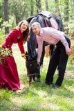 Счастливые пары и лошадь Стоковые Фотографии RF