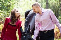 Счастливые пары и лошадь Стоковая Фотография RF