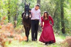 Счастливые пары и лошадь Стоковое Фото