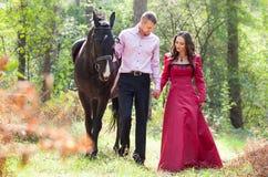Счастливые пары и лошадь Стоковое Изображение RF