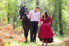 Счастливые пары и лошадь Стоковые Фото