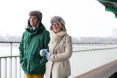 Счастливые пары идя на тропу во время зимы Стоковые Фотографии RF