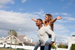Счастливые пары наслаждаясь летать на улицу стоковое фото rf