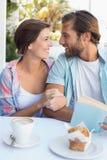 Счастливые пары наслаждаясь кофе совместно Стоковое Изображение