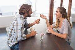 Счастливые пары наслаждаясь кофе Стоковая Фотография RF