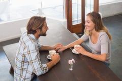 Счастливые пары наслаждаясь кофе Стоковое Фото