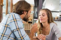 Счастливые пары на дате Стоковые Изображения